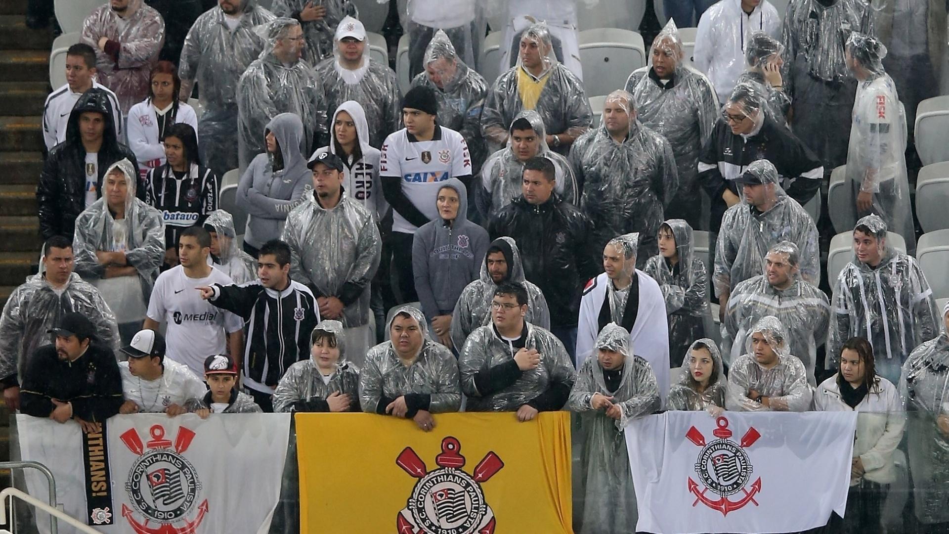 16.ago.2014 - Torcedores usam capas para se proteger da chuva no Itaquerão durante o jogo entre Corinthians e Bahia
