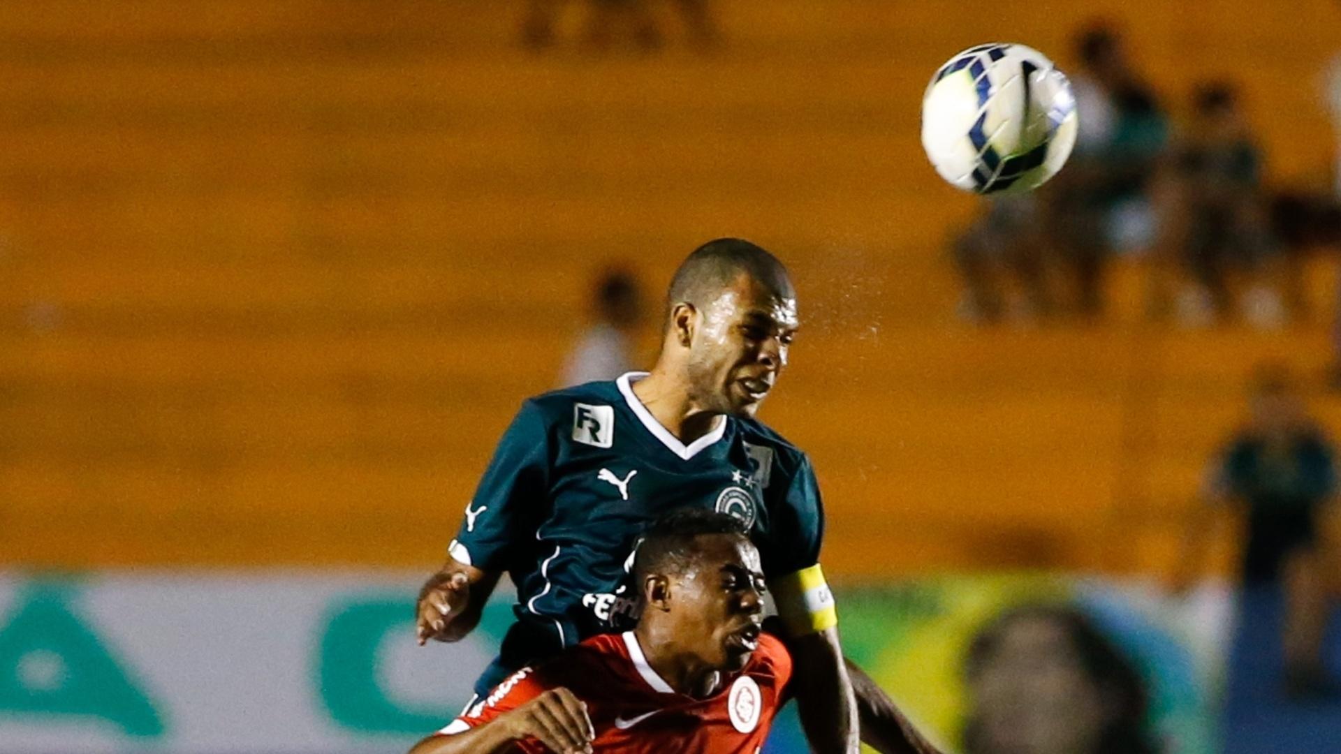Amaral e Wellington dividem a bola na partida entre Goias e Internacional, pelo Brasileirão
