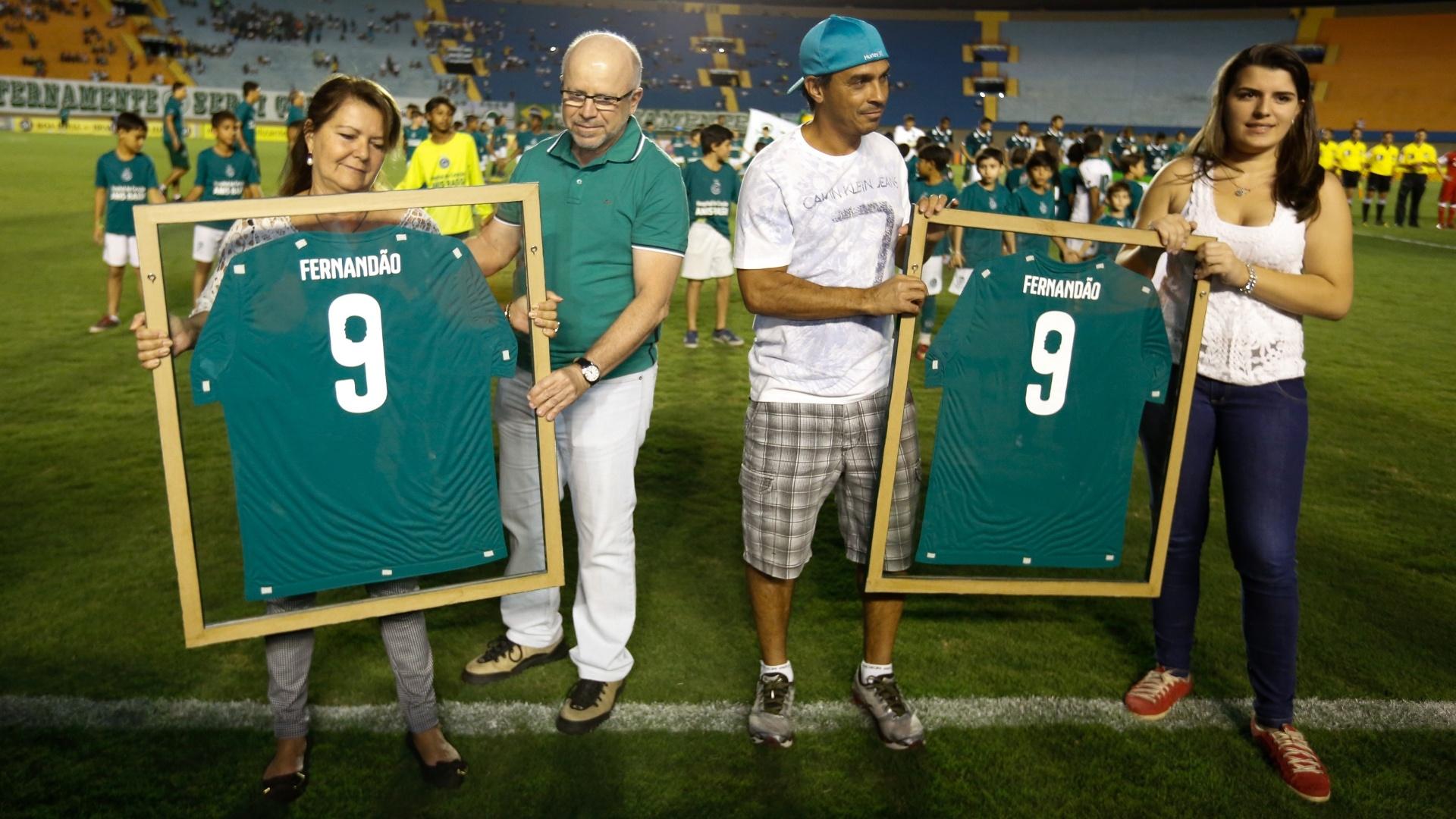 Diretoria do Goiás presta homenagem a Fernandão antes do jogo contra o Inter