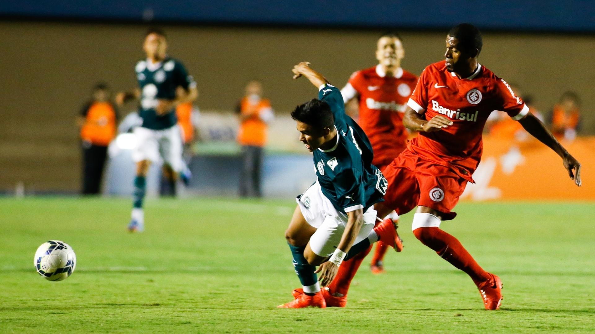 Erick, do Goiás, é derrubado durante a partida contra o Internacional, pelo Brasileirão
