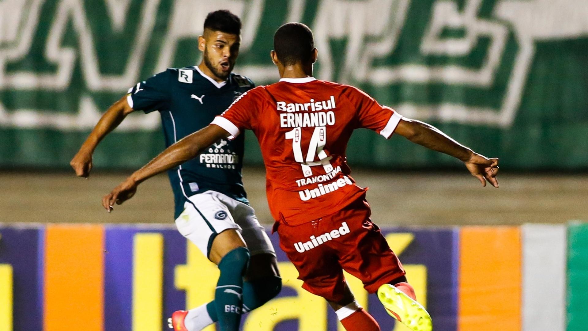Erik, do Goiás, encara a marcação de Ernando, do Inter, na partida pelo Brasileirão