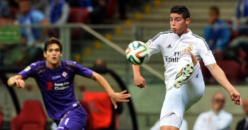 James Rodríguez tenta passe durante amistoso entre Real Madrid e Fiorentina