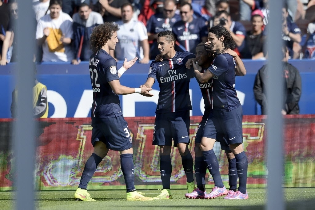 O estreante David Luiz vai abraçar Lucas depois do jogador marca pelo PSG