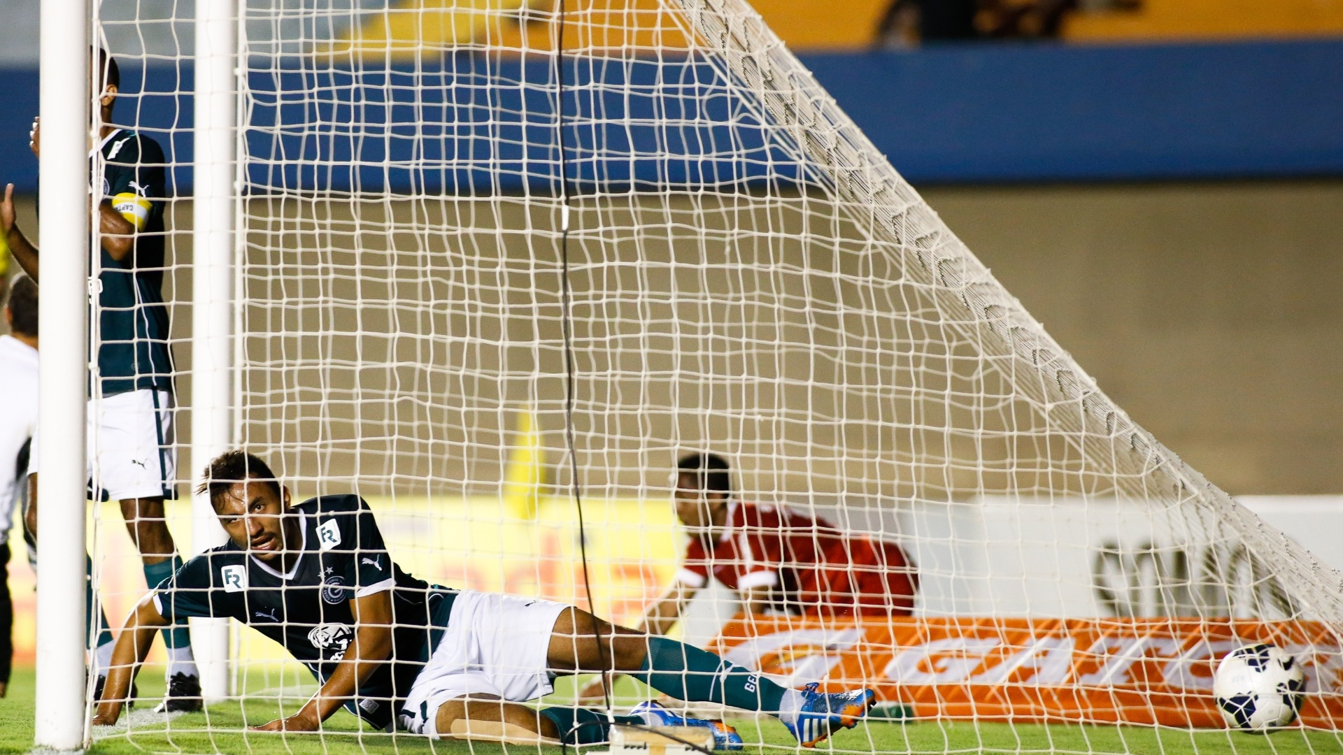 Pedro Henrique, do Goiás, lamenta após marcar gol contra na derrota por 1 a 0 para o Internacional