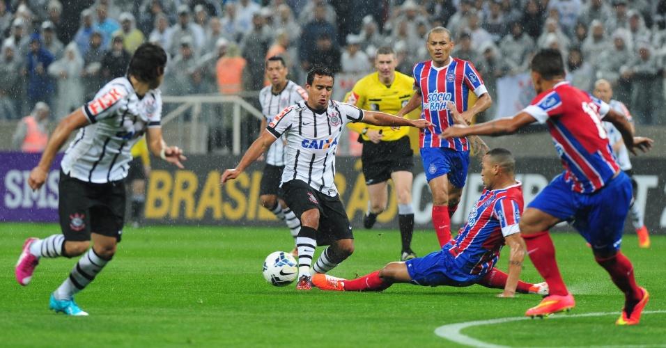 16.ago.2014 - Titi, do Bahia, se antecipa e desarma Jadson, do Corinthians, durante jogo do Brasileirão