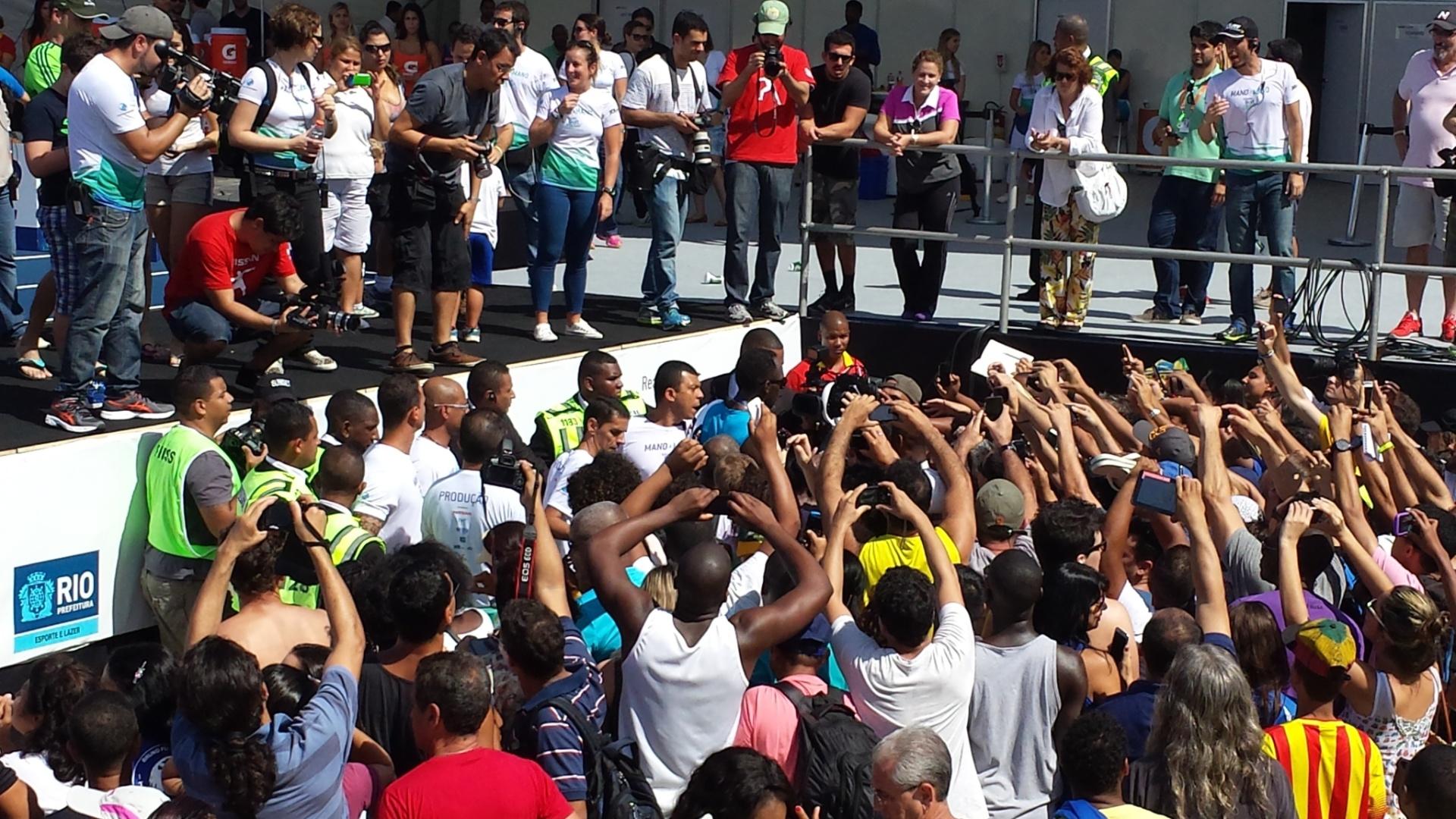17.ago.2014 - Usain Bolt leva o público ao delírio na Praia do Leme ao posar para as disputadas fotos