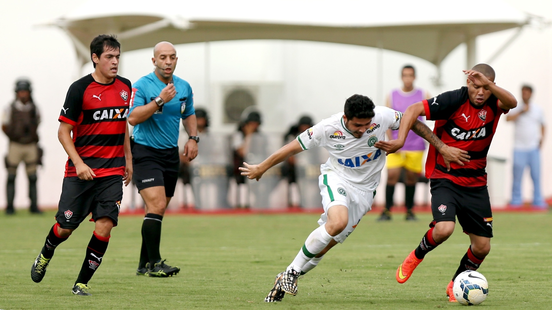 Adriano, do Vitória, tenta partir com a bola dominada em lance do jogo contra a Chapecoense