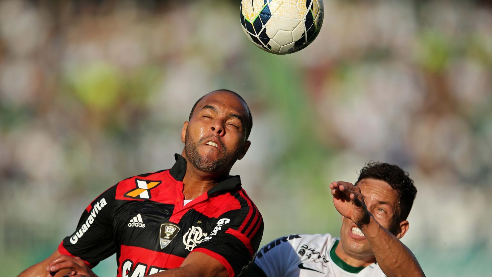 Alecsandro (e), do Flamengo, disputa bola pelo alto com Baraka, do Coritiba
