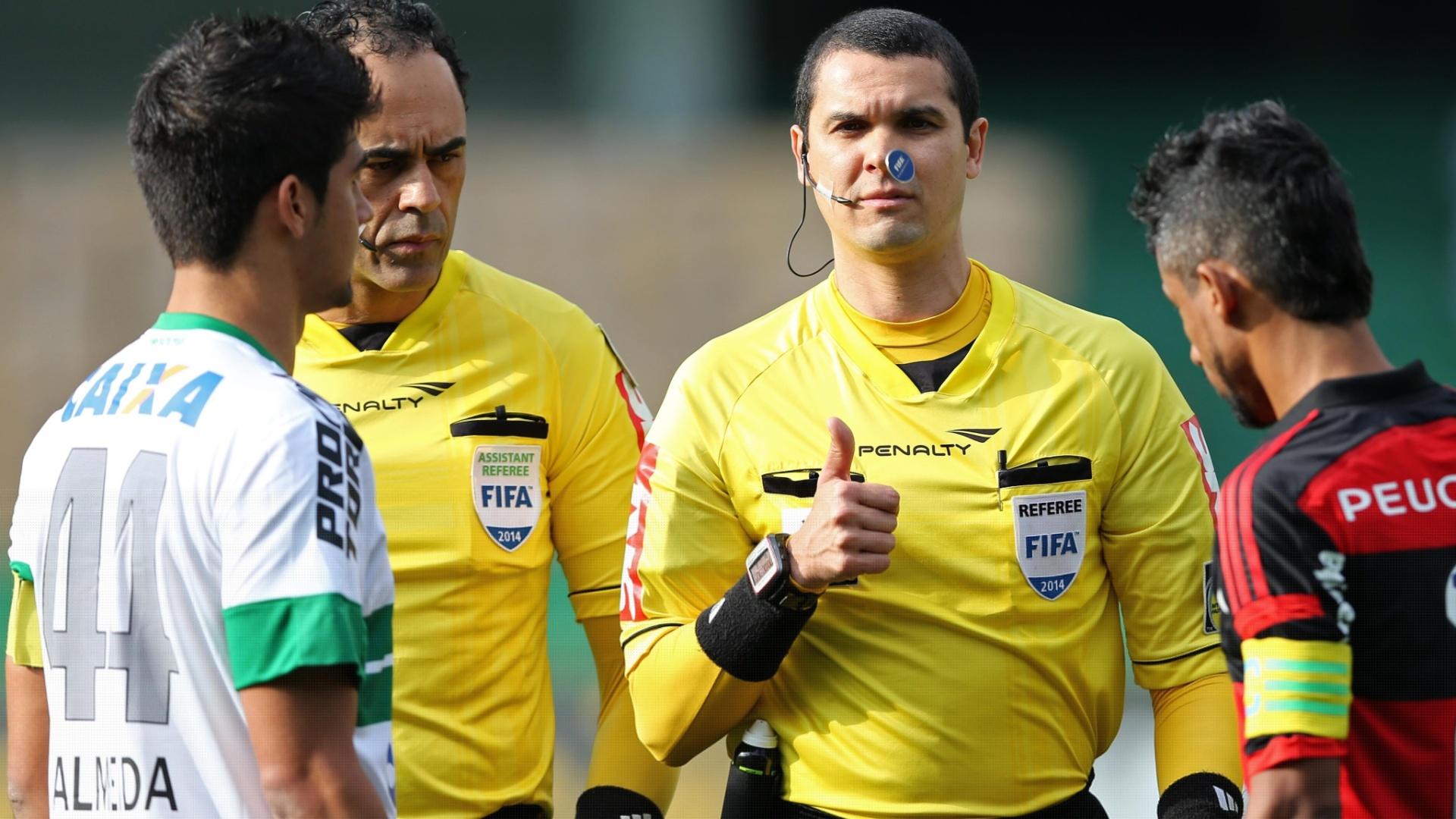 Capitães de Coritiba e Flamengo decidem o lado de campo antes do início do jogo no Couto Pereira