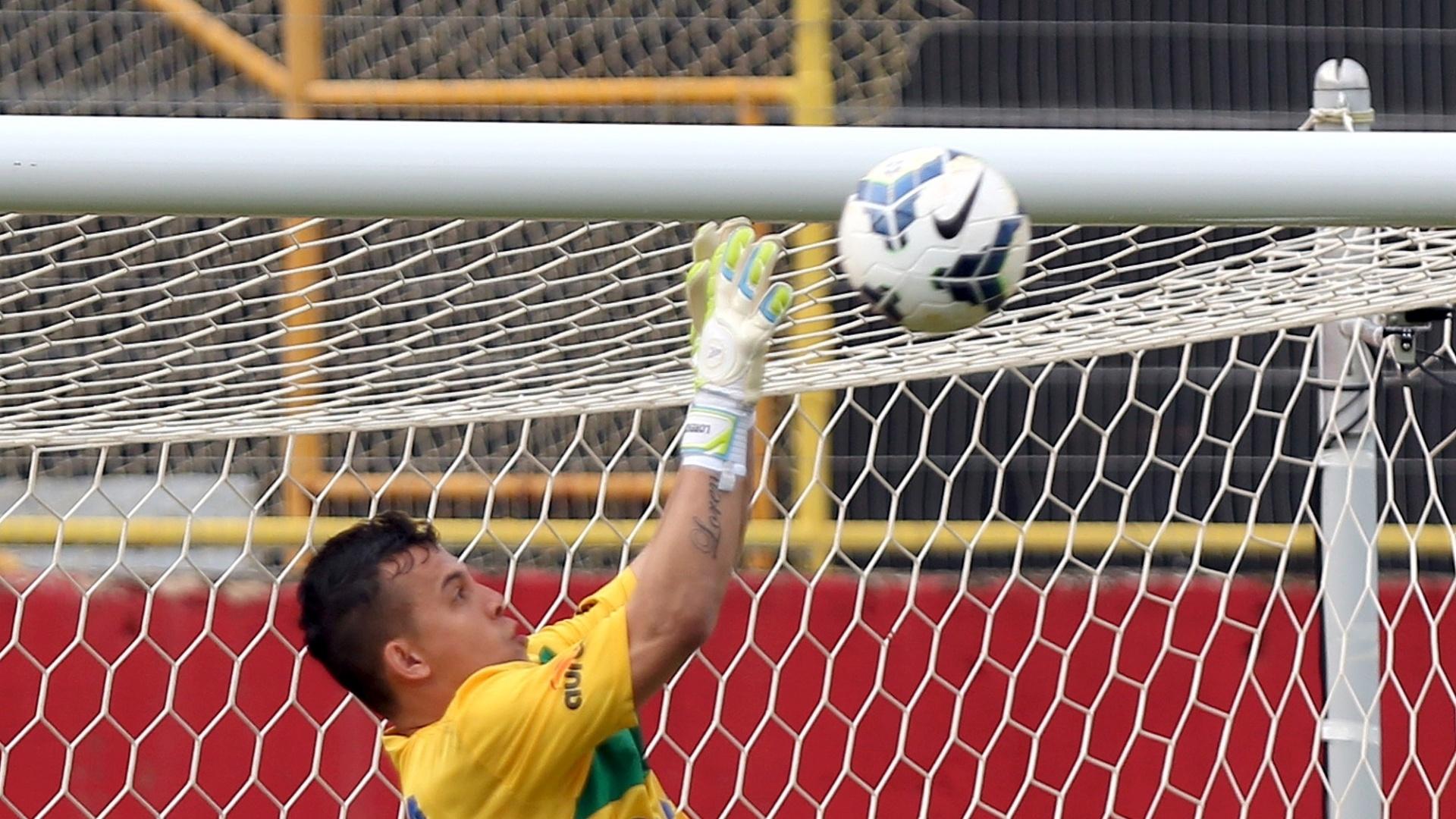 Danilo, goleiro da Chapecoense, faz uma defesa em lance da partida contra o Vitória