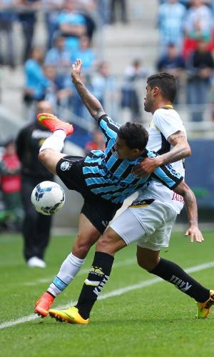 Dudu (e), do Grêmio, e Gualberto, do Criciúma, disputam a bola em lance de jogo do Brasileirão