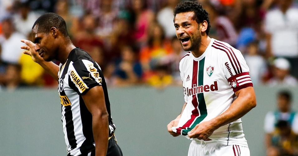 Fred fica com marca na bochecha após ralar rosto no gramado em clássico entre Botafogo e Flu