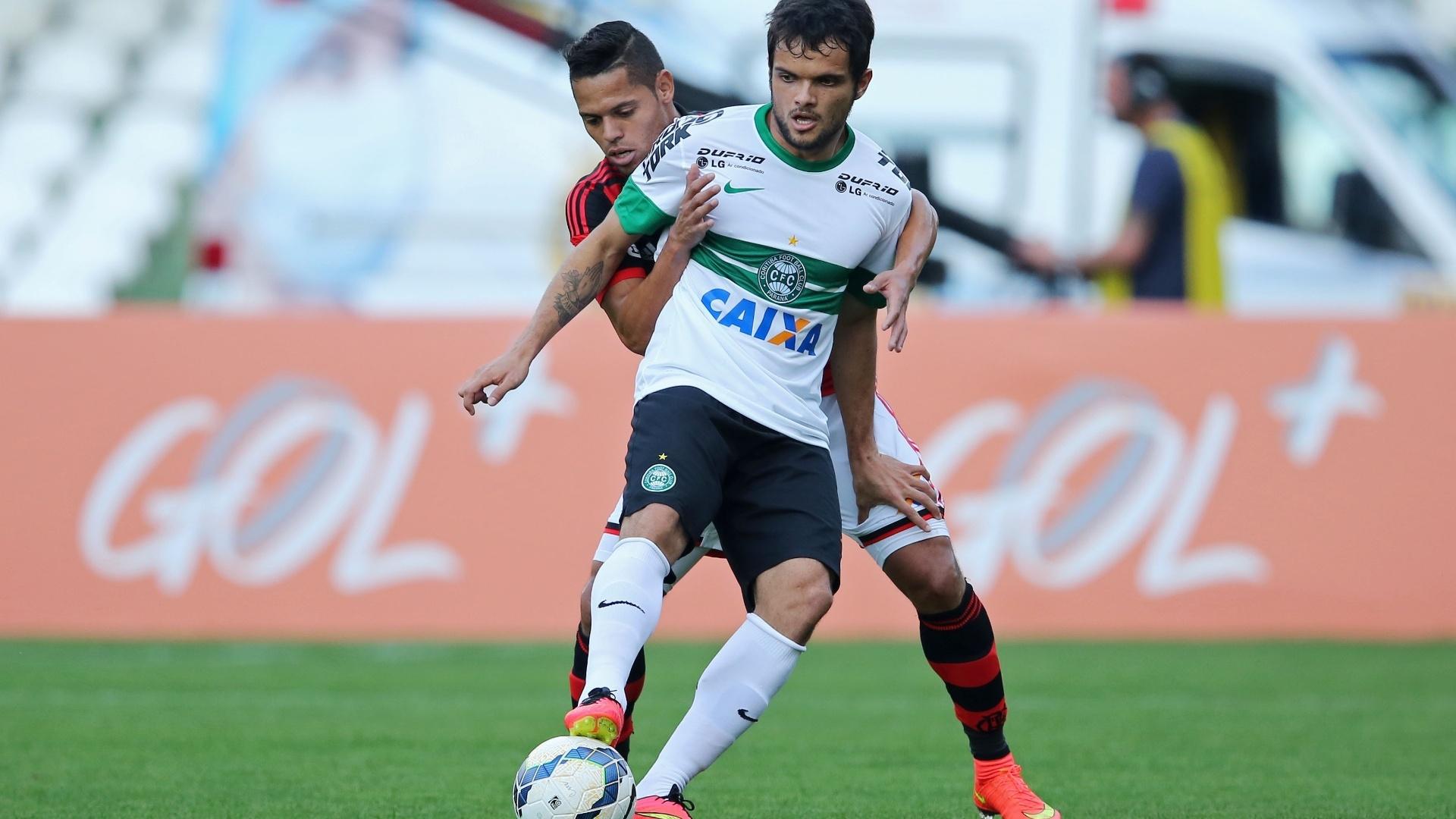 João Paulo, do Flamengo, aperta a marcação sobre Norberto, do Coritiba, durante jogo no Couto Pereira