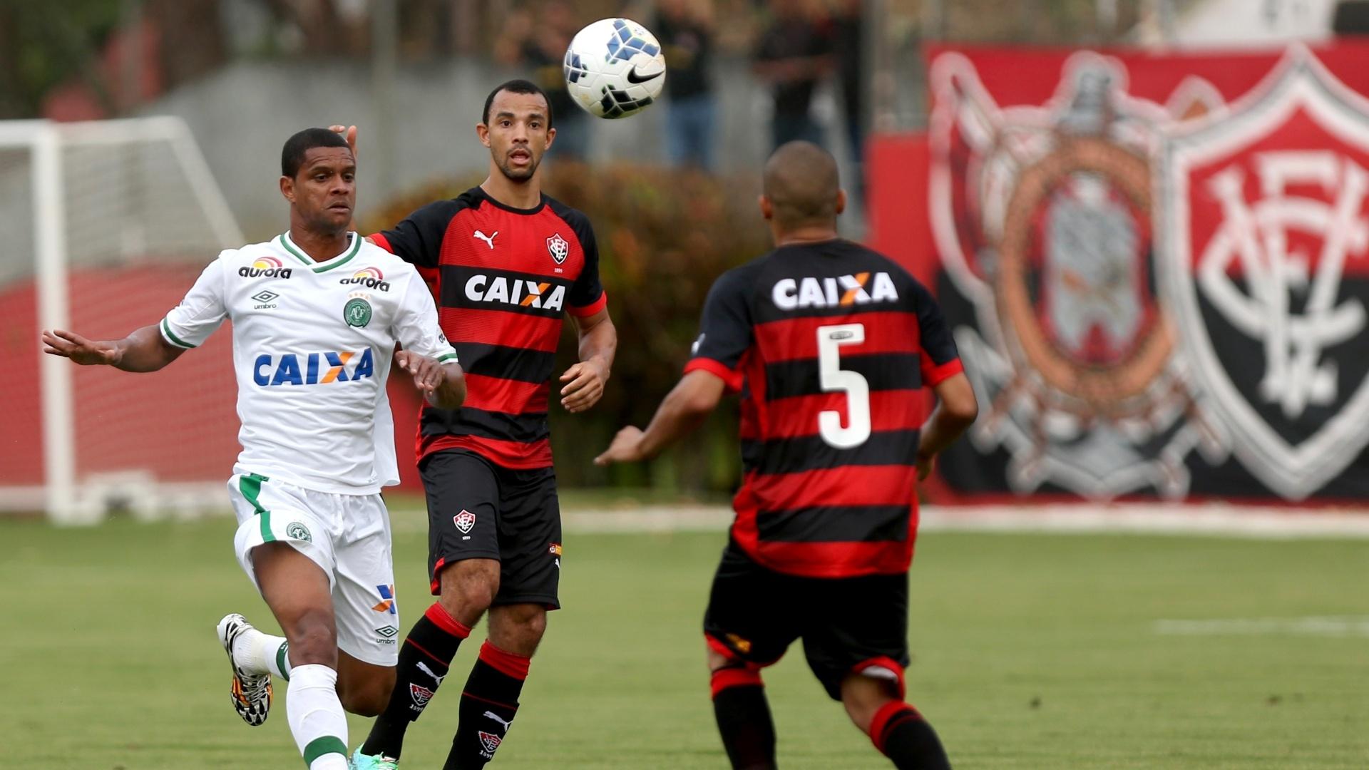 Jogadores de Vitória e Chapecoense disputam a bola em lance da partida no Barradão