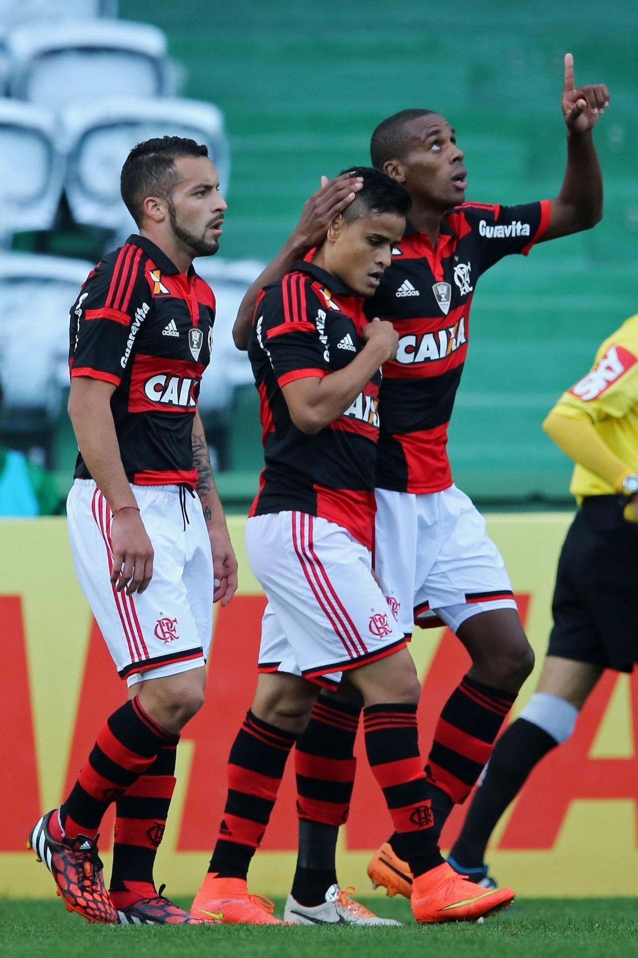 Jogadores do Flamengo comemoram o gol marcado por Éverton (c) durante o jogo contra o Coritiba