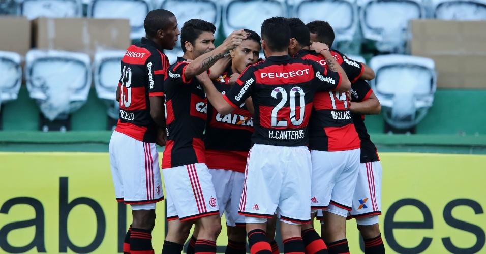 Jogadores do Flamengo comemoram o gol marcado por Éverton durante o jogo contra o Coritiba