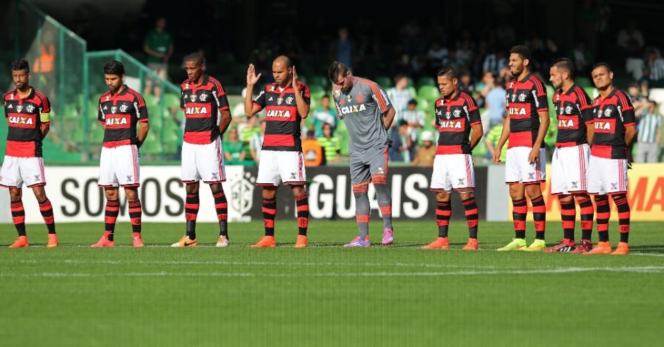 Jogadores do Flamengo fazem um minuto de silêncio antes de jogo contra o Coritiba