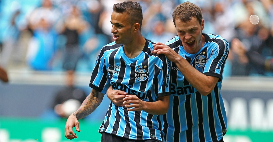 Luan (c) comemora ao marcar um dos gols do Grêmio contra o Criciúma em Porto Alegre