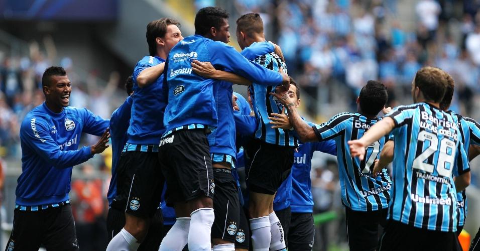 Luan comemora com os companheiros ao marcar um dos gols do Grêmio contra o Criciúma em Porto Alegre