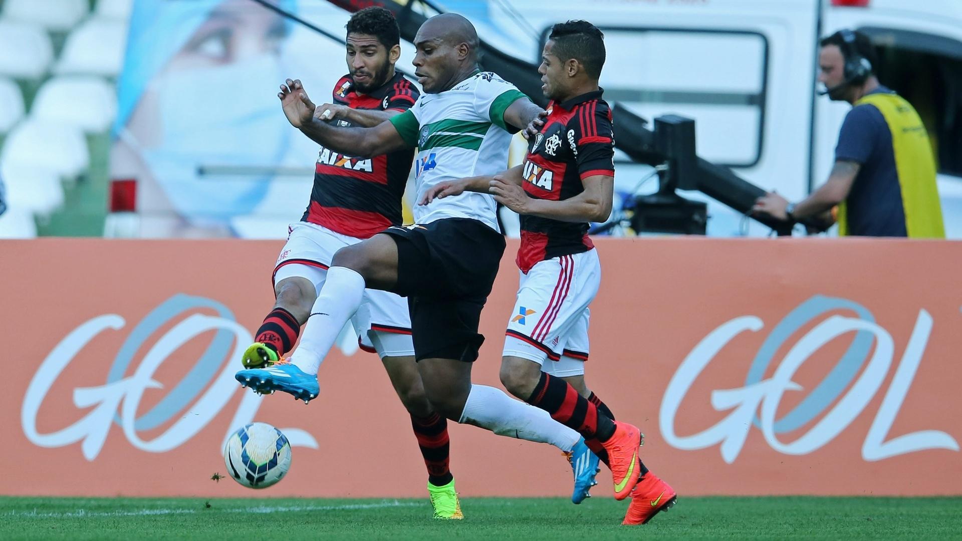 Luccas Claro, do Coritiba, tenta se livrar da forte marcação do Flamengo em lance de jogo no Couto Pereira