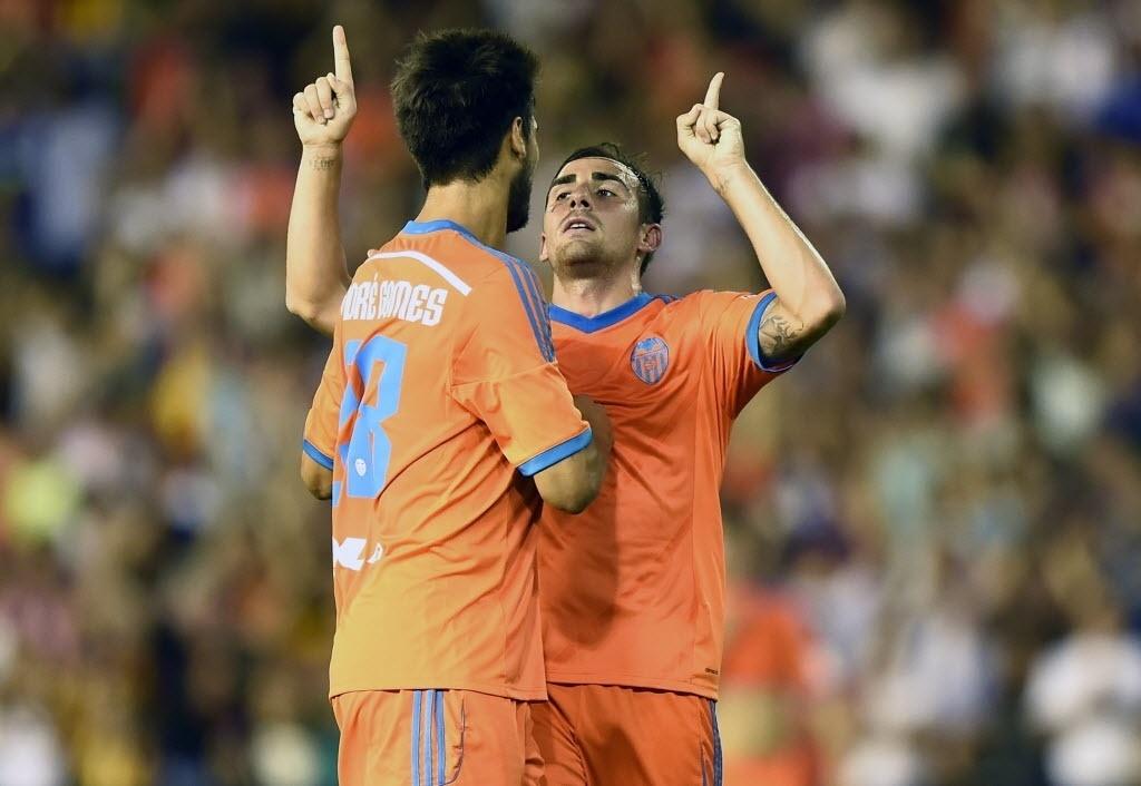 Paco Alcácer comemora depois de fazer um gol de placa no Amistoso contra o Milan