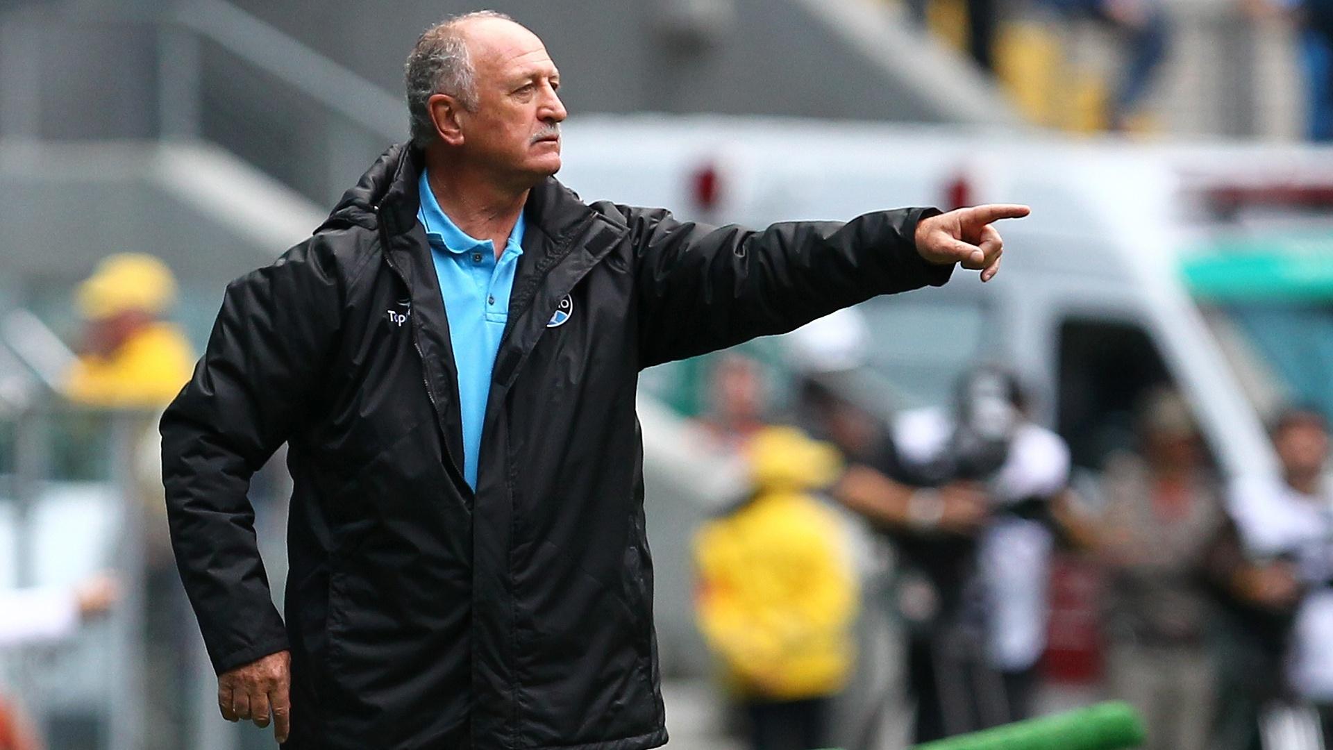 Técnico Felipão orienta os jogadores do Grêmio durante partida do Brasileirão contra o Criciúma