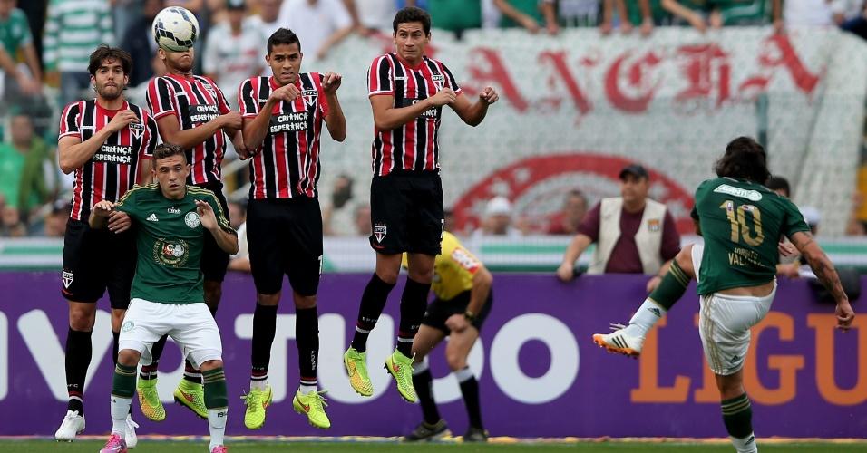 Valdívia bate falta contra o São Paulo em clássico do Palmeiras