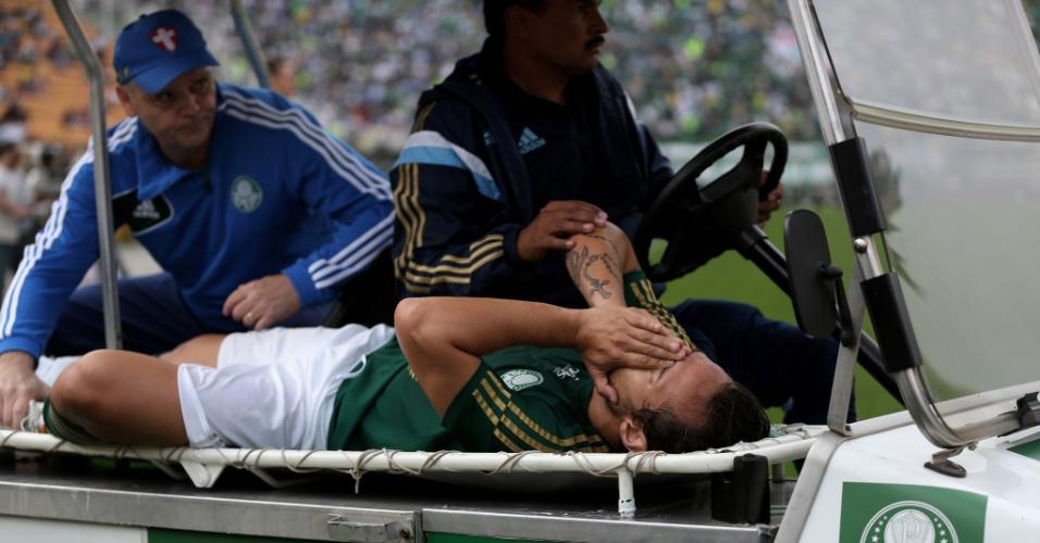 Valdívia é atendido em campo após sentir lesão no jogo entre Palmeiras e São Paulo