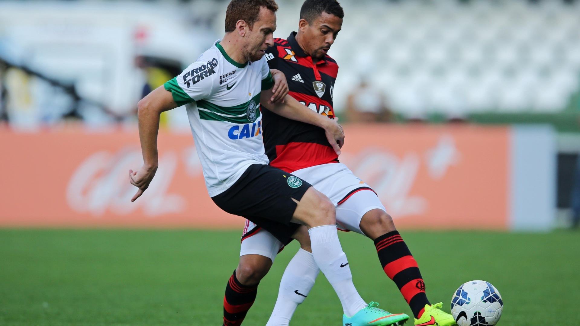 Zé Love (e), do Coritiba, disputa a bola com Recife, do Flamengo, durante jogo no Couto Pereira