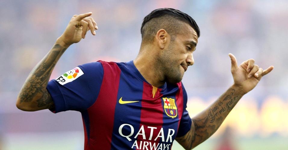 Daniel Alves faz graça ao ser anunciado na apresentação do elenco do Barcelona, antes do troféu Joan Gamper, no Camp Nou