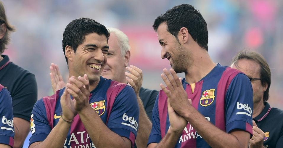 Luis Suárez, novo reforço do Barcelona, sorri ao lado de Sergio Busquets antes do troféu Joan Gamper, amistoso contra o León-MEX que marca o início da temporada do time catalão