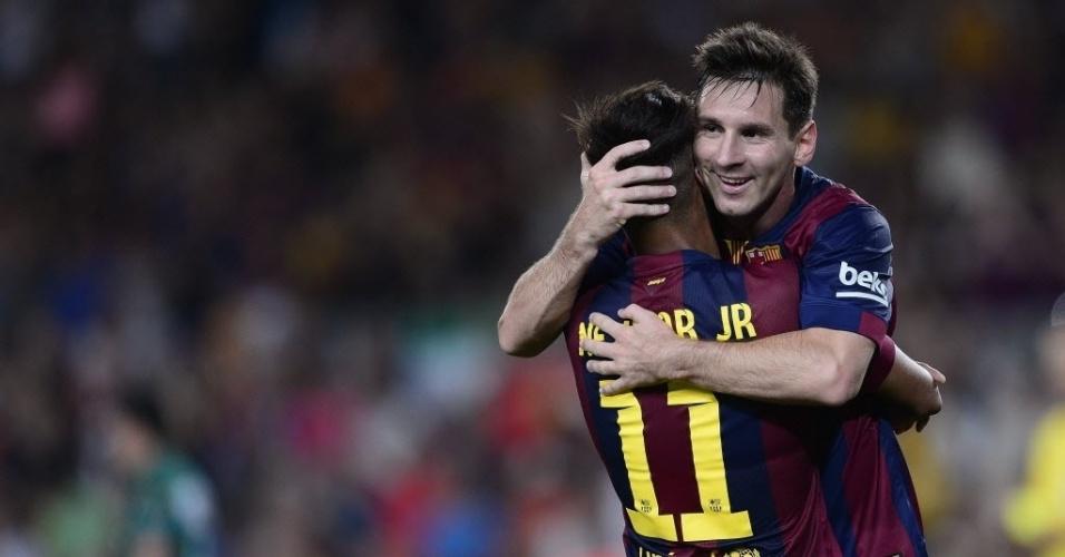 Neymar e Messi comemoram segundo gol do brasileiro no amistoso do Barcelona