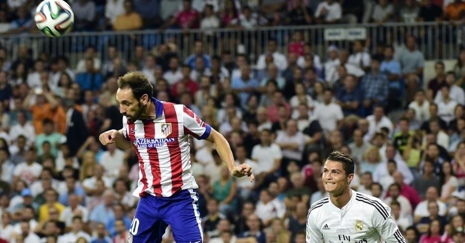 Cristiano Ronaldo observa cabeçada de Juanfran durante a Supercopa da Espanha