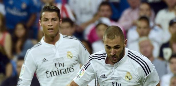 Observado por Cristiano Ronaldo, Benzema conduz a bola em jogo do Real Madrid
