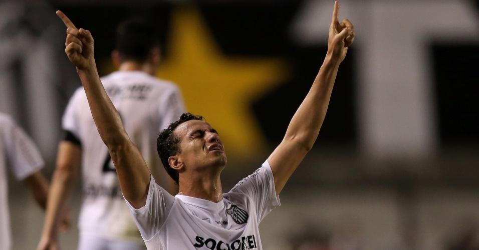 Ajoelhado, Leandro Damião comemora o primeiro gol do Santos sobre o Atlético-PR