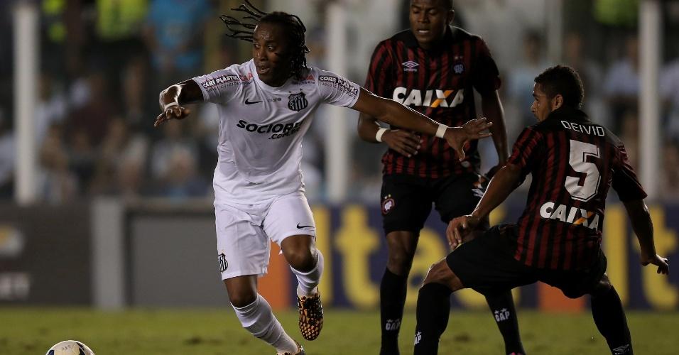Arouca passa por dois jogadores do Atlético-PR em ataque do Santos na Vila Belmiro