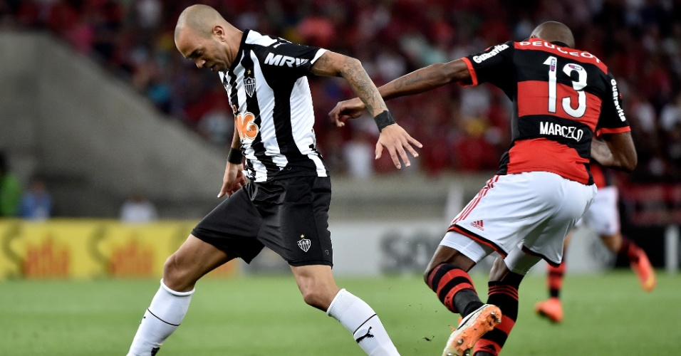 Deigo Tardelli, do Atlético-MG, é desarmado por Marcelo, do Flamengo