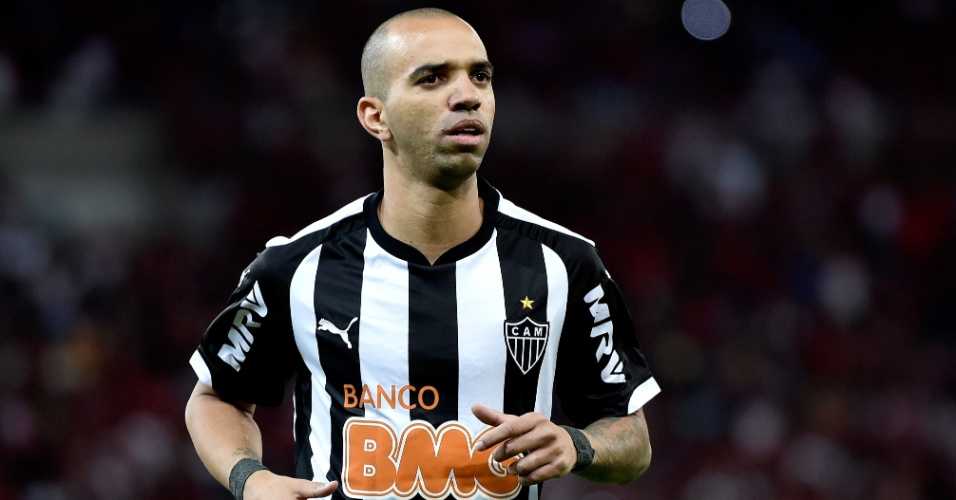 Diego Tardelli observa lance do duelo de seu Atlético-MG contra o Flamengo