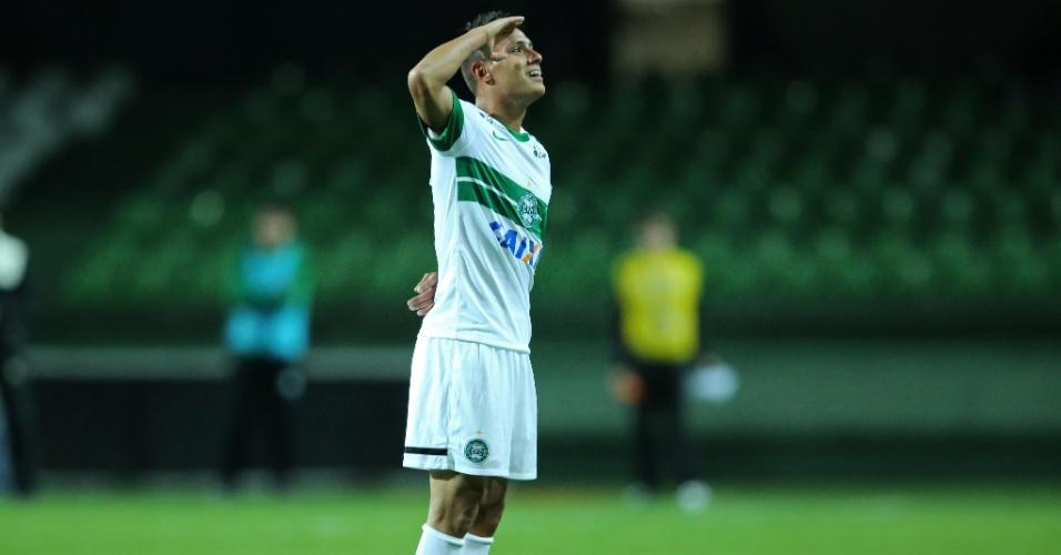 Dudu comemora seu gol pelo Coritiba contra o Vitória pelo Brasileirão