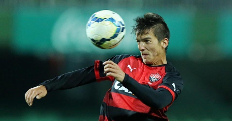Euller domina a bola na partida entre Vitória e Coritiba pelo Brasileirão