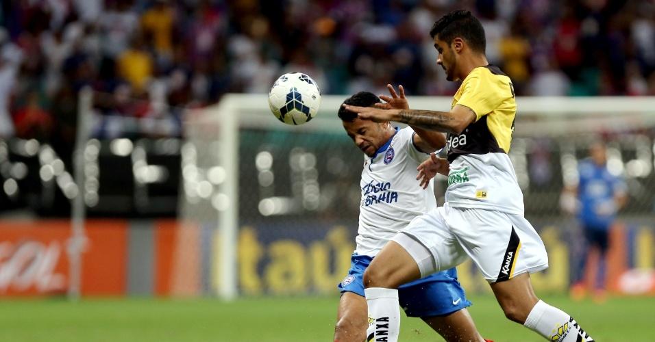 Jogadores do Bahia e Criciúma disputam bola na Fonte Nova