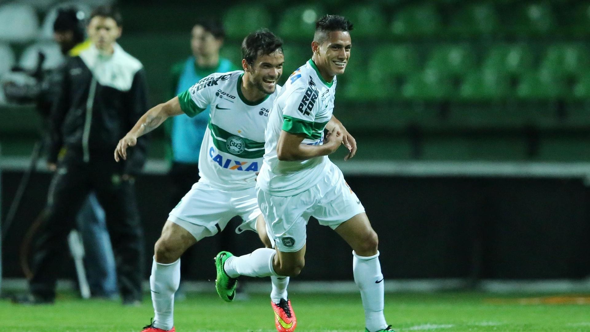 Jogadores do Coritiba comemoram gol contra o Vitória pelo Brasileirão