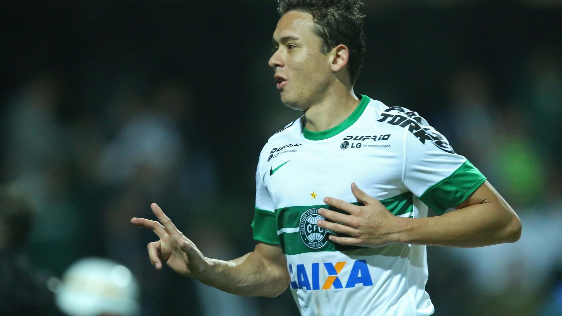 Keirrison comemora gol do Coritiba contra o Vitória pelo Brasileirão