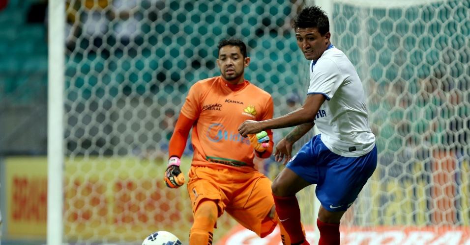 Kieza, do Bahia, tenta alcançar a bola sob olhares de Luiz, goleiro do Criciúma