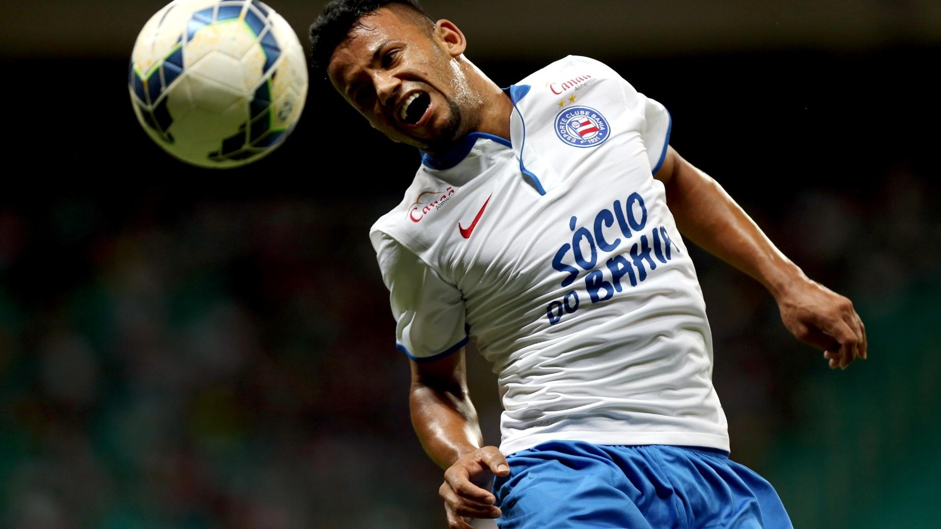 Railan tenta afastar a bola para o Bahia durante ataque do Criciúma