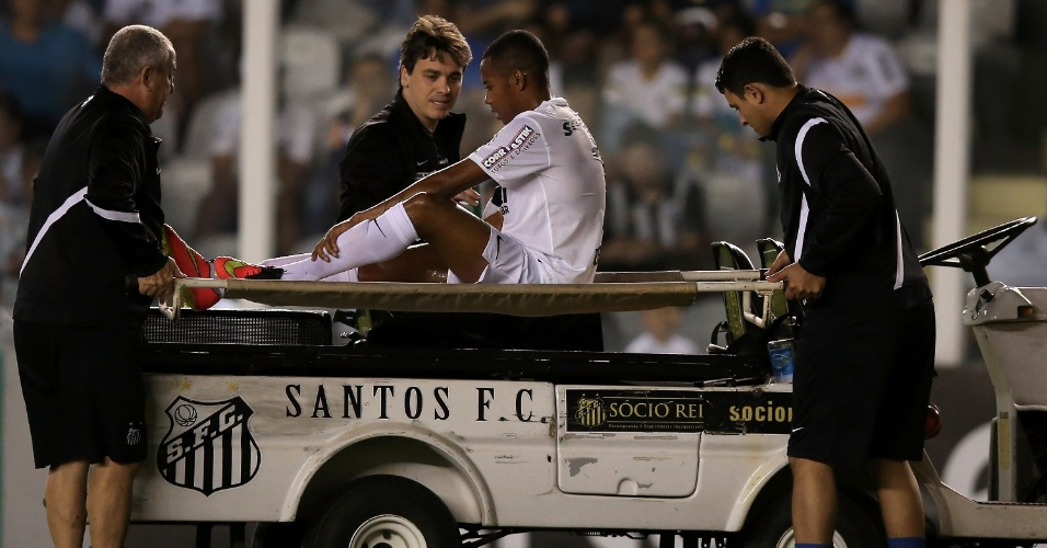 Robinho deixa o gramado da Vila Belmiro após sentir a coxa durante o duelo com o Atlético-PR