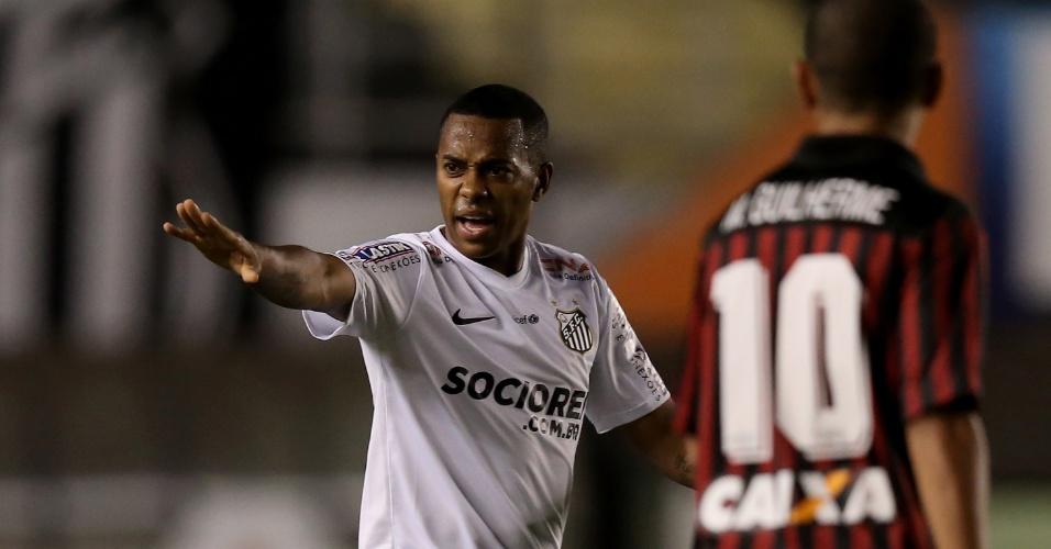 Robinho orienta seus companheiros durante partida do Santos contra o Atlético-PR na Vila