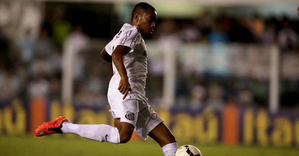 Robinho tenta chute com a direita durante o jogo com o Atlético-PR na Vila Belmiro
