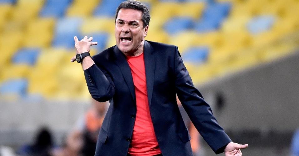 Vanderlei Luxemburgo gesticula para os jogadores do Flamengo durante a partida contra o Atlético-MG
