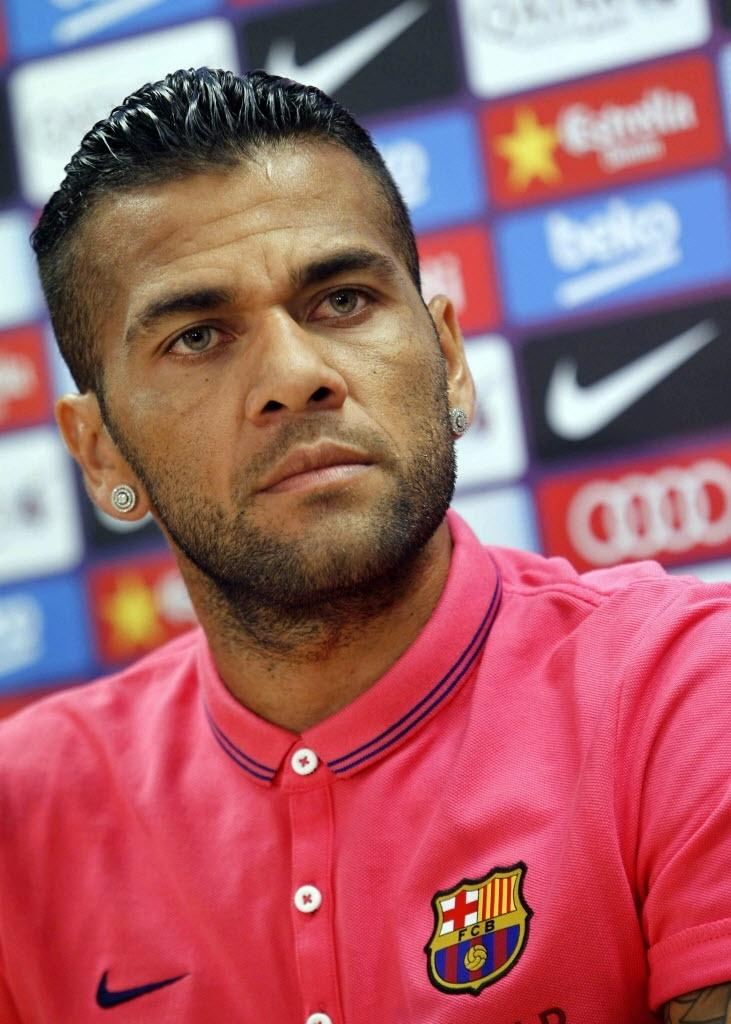 Daniel Alves concede entrevista no Barcelona e diz que provará seu valor